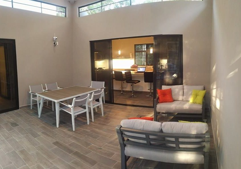 Screened center room, a great comfortable party place